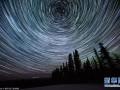 阿拉斯加:极光与星轨交相辉映