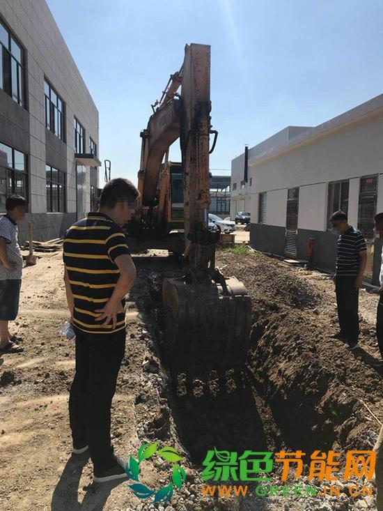 江苏一工业园偷埋废料:挖出数吨刺鼻黑土